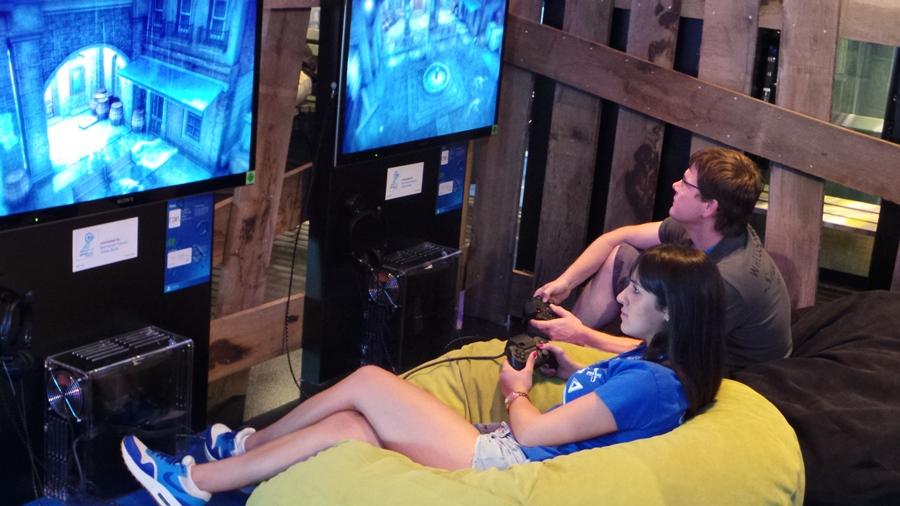 Το booth της Sony, για ακόμα μία gamescom, εκτός από εξωφρενικά τεράστιο, ήταν και εξίσου προσεγμένο, με άπειρες «καβάτζες» για να παίξεις τα διαθέσιμα παιχνίδια.