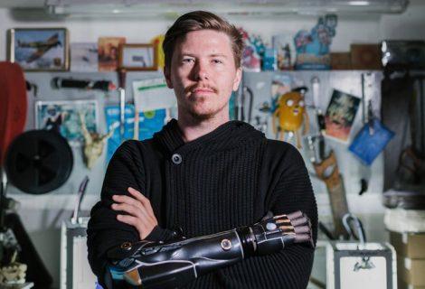 Γνωρίστε τον gamer με το βιονικό χέρι Deus Ex!